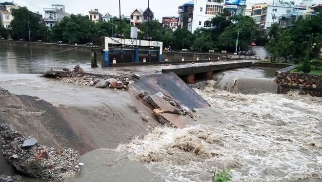 Mưa lớn khiến đập tràn tại phường Quang Trung, thành phố Uông Bí (Quảng Ninh) không thoát kịp, mực nước dâng cao, gây ngập lụt nhiều nhà dân... Nhằm tránh vỡ đập, chính quyền cho phá một đoạn bờ để nước thoát nhanh.