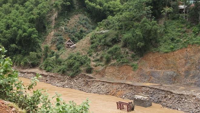 Lũ cuốn phăng cây cầu hơn 20 tỷ trên sông Mã