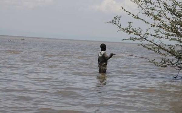 Một cậu bé mưu sinh trên hồ Victoria - Ảnh: nation.co.ke