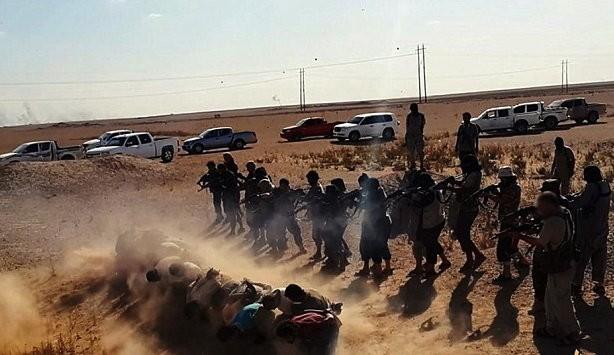 Ảnh chụp từ video clip cho thấy IS đang hành quyết những người chống đối ở Iraq- Ảnh: sheikyermami.com