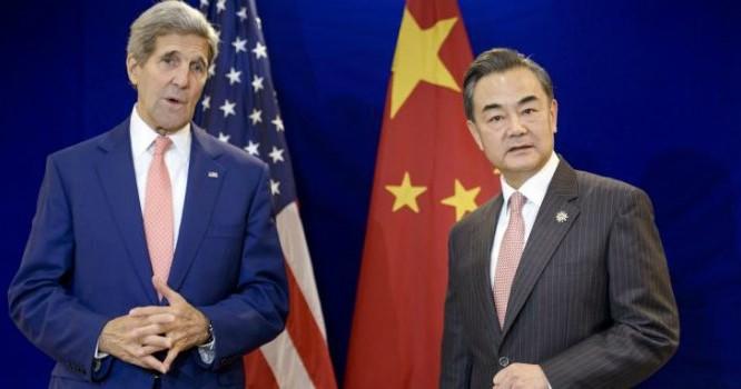 Ngoại trưởng Mỹ John Kerry và người đồng cấp Trung Quốc Vương Nghị. Ảnh: IBT