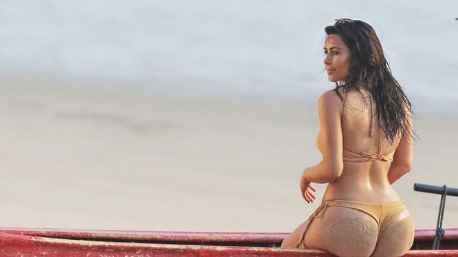 Kim Kardashian luôn gây sự chú ý lớn với vẻ đẹp bốc lửa đến từng xen-ti-mét
