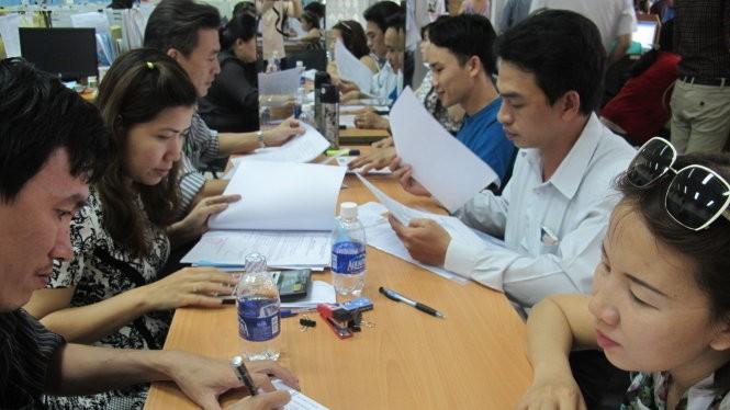 Người dân và doanh nghiệp làm thủ tục ở cơ quan thuế - Ảnh: Ánh Hồng