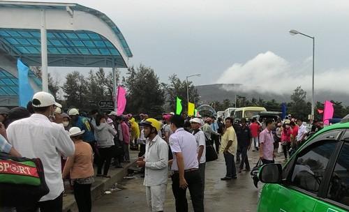Rất đông hành khách đang kẹt lại đảo Phú Quốc vì các tàu cao tốc vào đất liền tạm ngưng hoạt động. Ảnh: Cửu Long