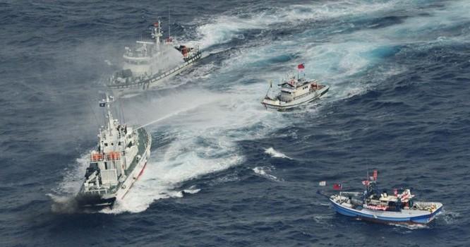 Tuần duyên Nhật Bản sử dụng vòi rồng để đuổi các tầu cá từ Đài Loan tới. Ảnh REUTERS/Kyodo