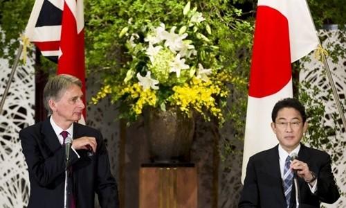 Ngoại trưởng Nhật Bản Fumio Kishida (phải) và người đồng cấp Anh Philip Hammond. Ảnh: Reuters