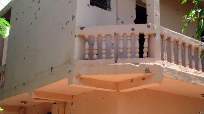Các lỗ đạn ghim trên tường ngoài của khách sạn Byblos sau cuộc giao tranh giữa những kẻ bắt cóc và quân đội Mali Ảnh: AFP