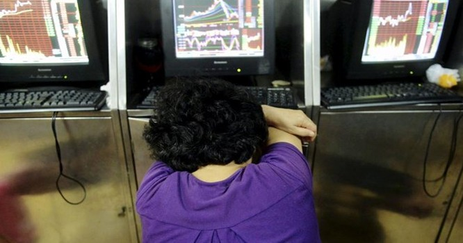Nhà đầu tư ngủ gục trước màn hình một sàn chứng khoán ở Thanh Đảo, Sơn Đông, Trung Quốc, 31/07/2015 - REUTERS/China Daily.