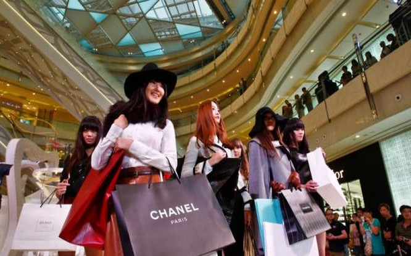 Giới trẻ siêu giàu mua sắm hàng hiệu