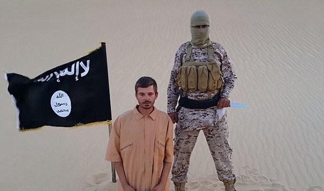 Con tin Croatia Salopek xuất hiện trong một đoạn video do IS tung lên mạng tuần trước Ảnh: Daily Mail