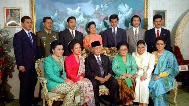 Cố tổng thống Suharto (thứ ba từ trái, hàng đầu) chụp ảnh cùng gia đình năm 1993 - Ảnh: TEMPO