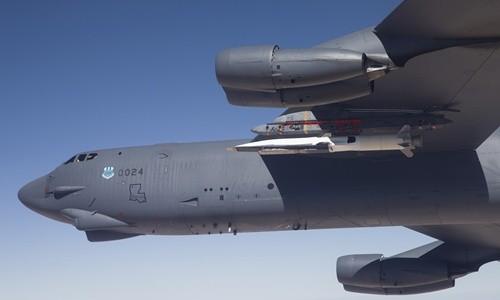 Máy bay B-52 của Mỹ mang theo phương tiện bay siêu thanh X-51 tới bãi thử nghiệm hồi tháng 5/2013. Ảnh: U.S Air Force