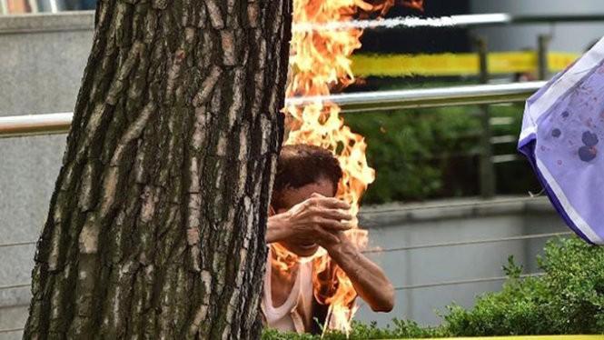 Người đàn ông 81 tuổi bất ngờ nổi lửa tự thiêu - Ảnh: AFP