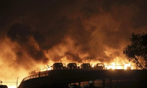 Sức ép từ vụ nổ khiến các tòa nhà rung chuyển và nhấn chìm nhiều bãi đỗ xe trong biển lửa. Ảnh: Reuters.