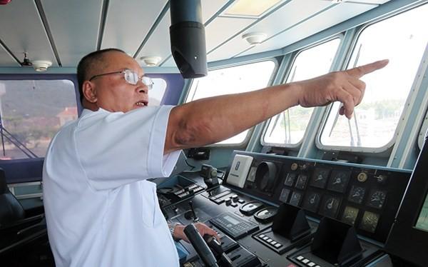 Bất chấp tàu hải quân Trung Quốc cản trở, thuyền trưởng tàu SAR 412 Phan Xuân Sơn vẫn kiên định, không chuyển hướng để nhanh chóng cứu ngư dân bị nạn trên biển (Ảnh: HC)