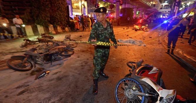 Cảnh sát đang phong tỏa hiện trường vụ đánh bom ở Thái Lan. Ảnh AFP 2015/ PORNCHAI KITTIWONGSAKUL