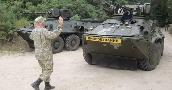 Xe bọc thép chạy đầy đường ở Ukraine. Ảnh