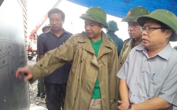 Phó Chủ tịch UBND tỉnh Đặng Huy Hậu có mặt tại hiện trường chỉ đạo cứu hộ cứu nạn. (Ảnh: Đài PTTH Quảng Ninh)