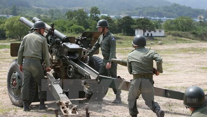 Binh sỹ đơn vị pháo binh Hàn Quốc trong cuộc tập trận bắn đạn thật tại thành phố biên giới Cherwon, phía bắc thủ đô Seoul ngày 24/6. (Nguồn: YONHAP/TTXVN)