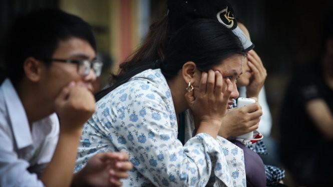 Vẻ mặt mệt mỏi của cả phụ huynh và thí sinh khi phải chờ đợi rút hồ sơ tại Trường ĐH Công nghiệp Hà Nội. Ảnh - Nguyễn Khánh