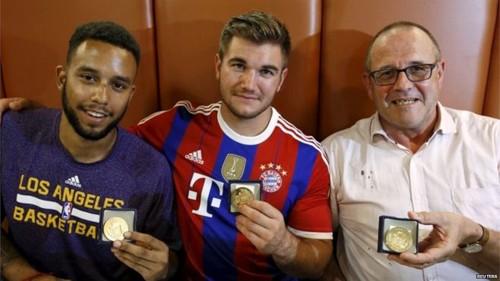 Anthony Sadler, Alek Skarlatos và Chris Norman được trao tặng huy chương vì đã dũng cảm khống chế tay súng trên tàu. Ảnh: Reuters