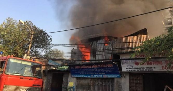 Khói và lửa bốc cao từ đám cháy.