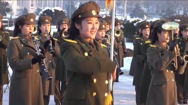 Những nữ quân nhân quân nhạc Bắc Triều Tiên biểu diễn trong ánh nắng chiều
