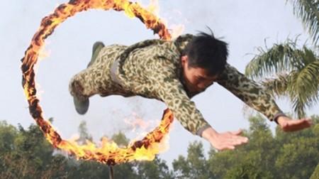 Bộ đội đặc công huấn luyện vượt vòng lửa