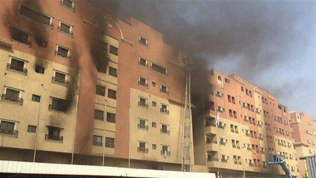 Khói bốc lên từ khu chung cư bị cháy - Ảnh: AP