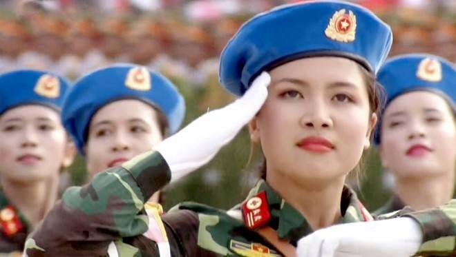 Dân đổ ra đường xem diễu binh hoành tráng mừng Quốc Khánh