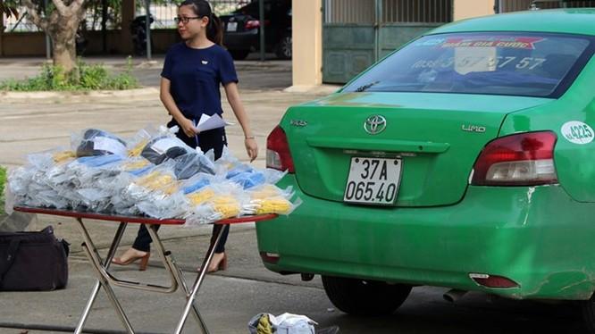 Taxi vận chuyển và hơn 3.000 kíp nổ bị CSGT bắt giữ - Ảnh: Hải Tần