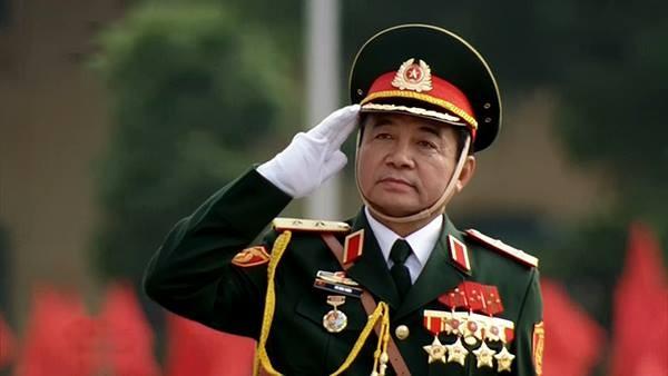 Trung tướng Võ Văn Tuấn trên xe chỉ huy tiến vào lễ đài. Ảnh chụp qua màn hình.