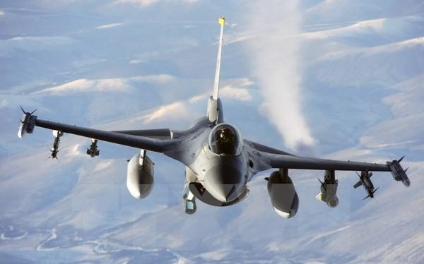 Tiêm kích F-16 ra uy tiêu diệt máy bay không người lái