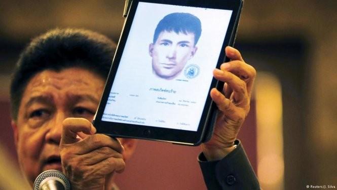 Phát ngôn viên lực lượng cảnh sát Thái Lan Prawut Thawornsiri giơ bức phác thảo chân dung một nghi phạm bị cho là có liên quan đến vụ đánh bom ở đền Erawan - Ảnh: Reuters