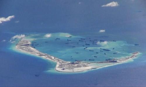 Hình ảnh cắt từ video giám sát của máy bay trinh sát P-8A Poseidon thuộc hải quân Mỹ hôm 21/5 cho thấy tàu nạo vét Trung Quốc ngang nhiên hoạt động ở bãi đá Vành Khăn thuộc quần đảo Trường Sa của Việt Nam. Ảnh: Reuters