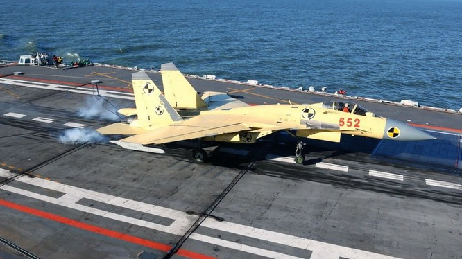 Tiêm kích J15 cất, hạ cánh trên tàu sân bay Liêu Ninh