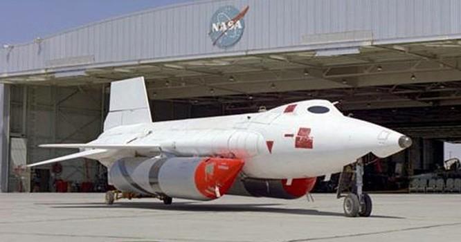 Phi cơ X-15 bên ngoài trung tâm thử nghiệm của NASA. Ảnh: Tacairnet.