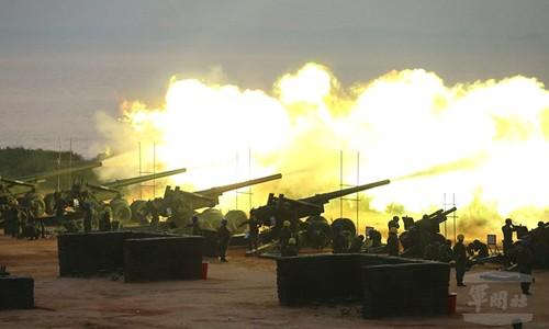 Pháo binh Đài Loan tại cuộc tập trận bắn đạn thật trên đảo Kim Môn ở eo biển Đài Loan hôm 8/9. Ảnh: Military News Agency