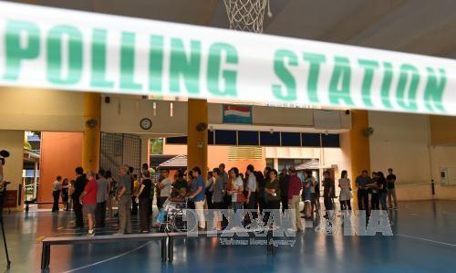 Cử tri Singapore chờ bỏ phiếu tại một điểm bầu cử ở Singapore ngày 11/9. Ảnh: AFP/TTXVN
