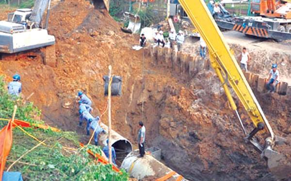 Công nhân khắc phục và kiểm tra đường ống bị vỡ.
