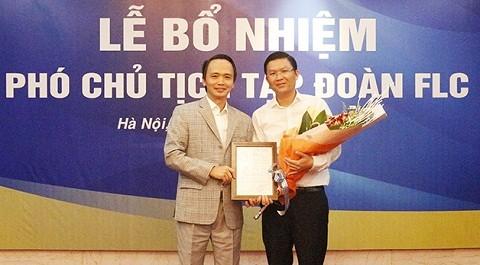 Ông Trịnh Văn Quyết, Chủ tịch HĐQT tặng hoa ôngLê Thành Vinh.