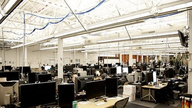 Gần 900 người làm việc trong một khu vực phòng làm việc rộng lớn không vách ngăn, thiết kế thể hiện sự cởi mở là một trong những yếu tố quan trọng trong văn hóa công ty - Ảnh: TIME