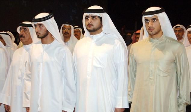 Anh em: Rashid (phải) chụp chung với anh em của ông Sheikh Majid (trái) và Sheikh Maktoum trong năm 2007