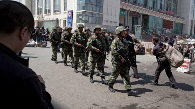 Cảnh sát vũ trang Trung Quốc tuần tra ở Tân Cương - Ảnh: Guardian