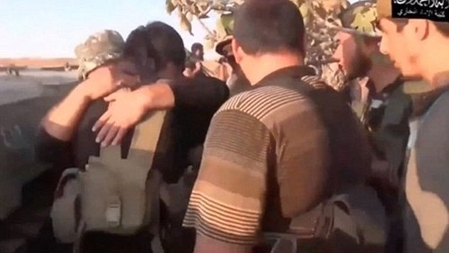 Các phiến quân ôm kẻ đánh bom tự sát