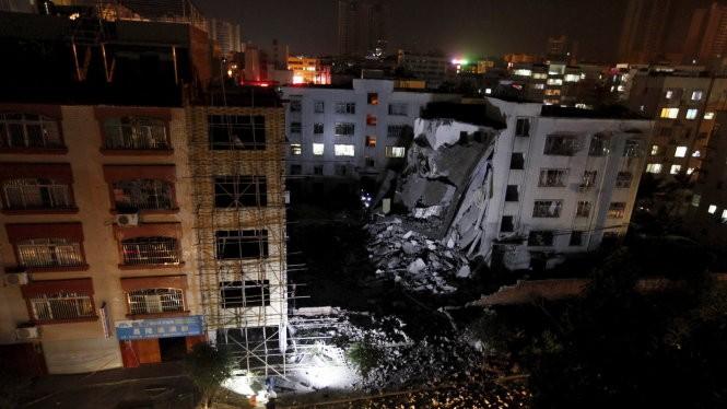 Một tòa nhà ở huyện Liễu Thành bị hư hại nghiêm trọng - Ảnh: Reuters