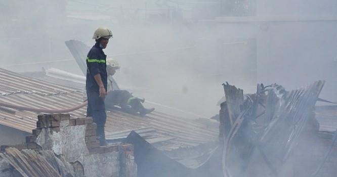 Đám cháy khiến hàng trăm m2 nhà xưởng của Công ty may bị chay rụi cùng tài sản.