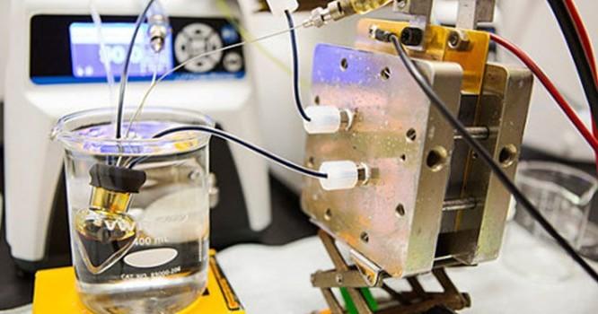 Các nhà nghiên cứu tại Đại học Harvard đã tìm cách cải tiến hệ thống pin lỏng thế hệ 2014. Thành công của họ là việc thay thể chất điện phân brom bằng một chất khác hoàn toàn không độc. Đây là một hệ thống pin mới có khả năng vận hành cao, không gây cháy,