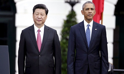 Chủ tịch Trung Quốc Tập Cận Bình đứng cạnh Tổng thống Mỹ Barack Obama khi cùng chứng kiến nghi thức chào mừng của Nhà Trắng. Ảnh: Reuters