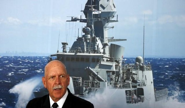 Tư lệnh Hạm đội Thái Bình Dương, đô đốc Scott Swift trước tấm áp phích lớn một tàu khu trục nhỏ của Úc trong một cuộc họp báo tại 2015 tại triển lãm Hàng hải quốc tế ở Sydney, Úc, 06.10.2015.